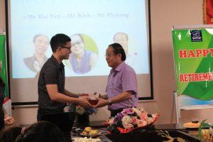 Thầy Vũ Hải Hà thay mặt khoa SPTA có món quả nhỏ thân tặng thầy Phạm Đăng Bình.