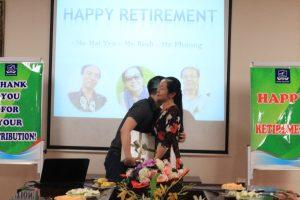 Thầy Vũ Hải Hà thay mặt khoa SPTA có món quả nhỏ thân tặng cô Đinh Hải Yến.