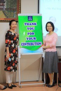 Các thầy cô giáo chụp tầm ảnh lưu niệm với các thầy cô giáo về hưu