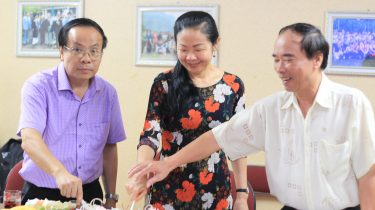 3 thầy cô chung tay cắt bánh.